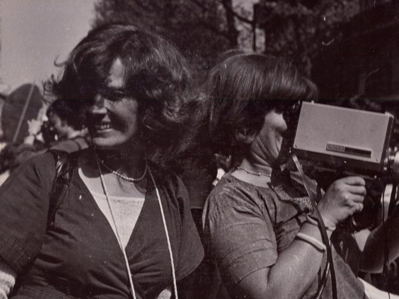 Delphine Seyrig y Ioana Wieder empuñando una cámara durante una manifestación, 1976