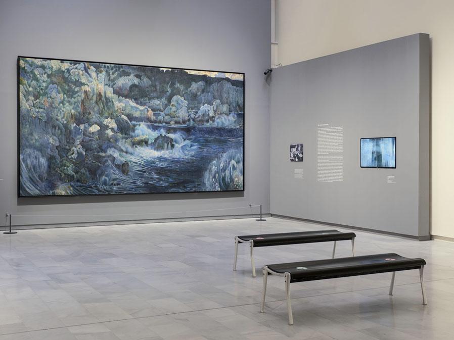 """Vista de la sala donde está expuesta la obra """"La cala encantada"""""""