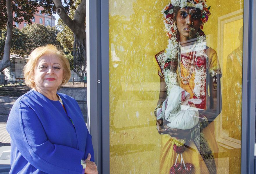 Cristina García Rodero al lado de una de sus obras