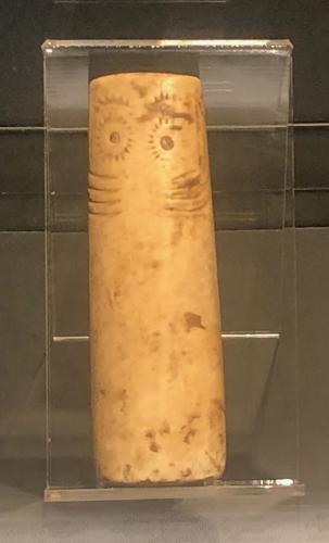Ídolo cilindro oculado