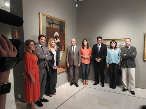 Carmen Thyssen-Bornemisza, el Alcalde de Málaga, Francisco de la Torre, los comisarios de la muestra y otras autoridades posan junto a El caíd marroquí Tahamy, 1883