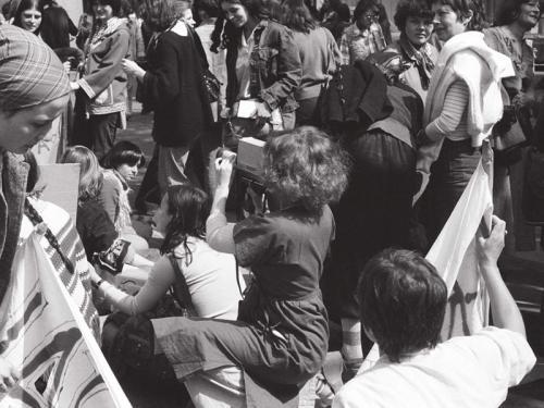 Delphine Seyrig empuñando una cámara durante el rodaje de Où est-ce qu'on se mai? [¿Cuál es nuestro sitio el Primero de Mayo?]