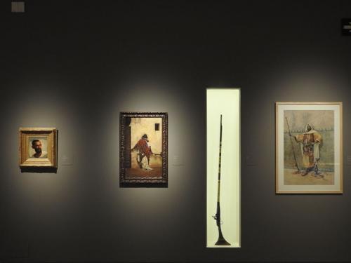Detalle de la exposición con obras de Isidore Pils, Rafael Senet y Vicenç Miquel Pous, junto a la espingarda (1859-1860) del Museu de Reus