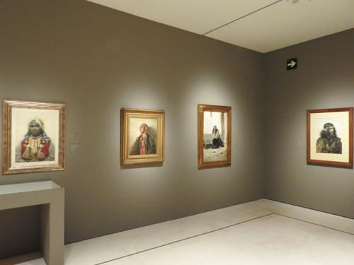 Detalle de la exposición con obras de Josep Tapiró, Francesc Masriera y Antonio Fabrés