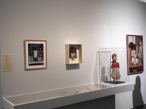 Máscara y marioneta tituladas Lili y lienzo Lili entre objetos desordenados