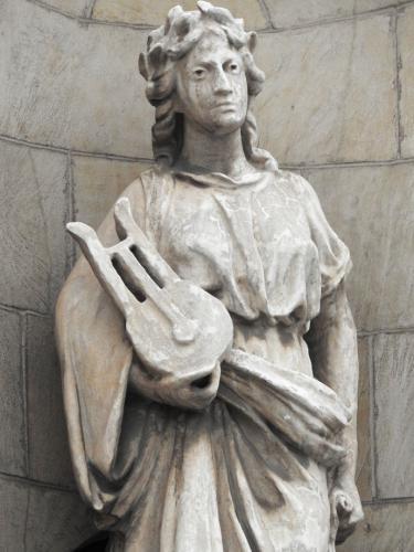 Detalle estatua con lira