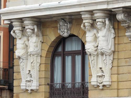 Detalle portada estatuas