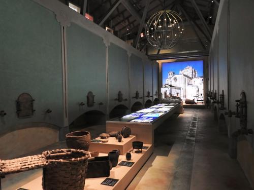 Exposición permanente y depósitos de vinificación originales en la planta baja del Museo del Vino Pagos del Rey