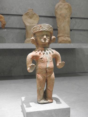 Figura femenina desnuda de producción local con pendientes en forma de cabezas, 450-350 a. C