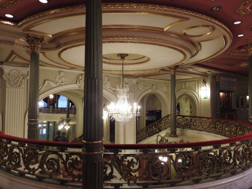 Foyer del Teatro Arriaga con detalles de la escalera imperial