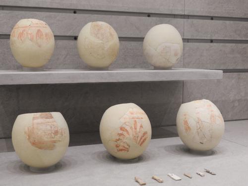Huevos de avestruz con decoración pintada