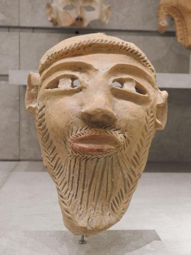 Máscara funeraria barbada con decoración pintada de estilo púnico-ebusitano inspirada en modelos cartagineses, 400-300 a. C