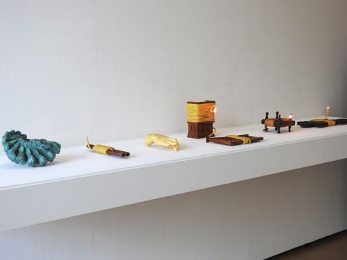 Varias mechas encendidas envolviendo objetos al modo de las argizaiolas