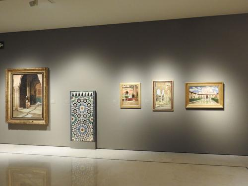 Detalle de la primera sala de la muestra, 'Un universo fascinante', donde se aprecia el Panel de alicatado de jamba nazarí (c. 1370-1380) procedente del Museo de la Alhambra