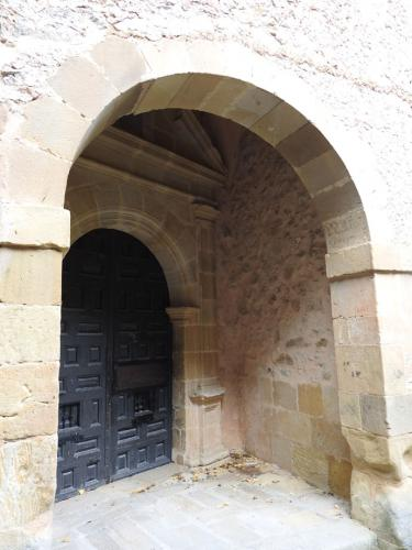 Portada de acceso a la capilla de San Saturio de Soria