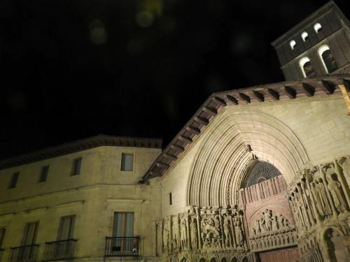 Portada de la iglesia de San Bartolomé junto al Palacio del Marqués de Monesterio, siglo XVI, noche.