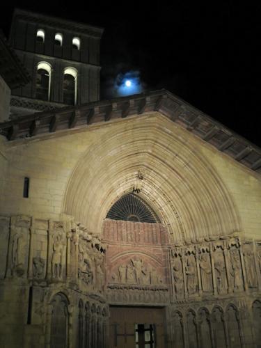 Portada de la iglesia de San Bartolomé noche