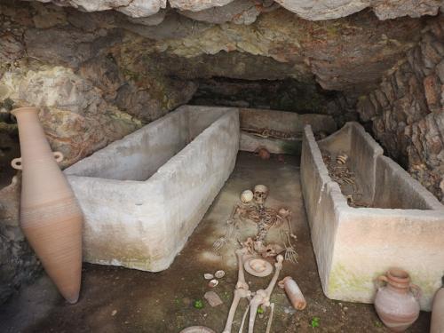 Reconstrucción de cámara mortuoria en el interior de los hipogeos del frente de cantera