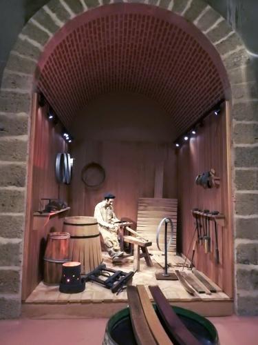Recreación de un taller artesanal de producción de barricas en la sala de crianza del Museo del Vino Pagos del Rey