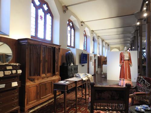 Recreación histórica de la tienda de telas de 1893 en la planta noble del Museo Gaudí Casa Botines de León