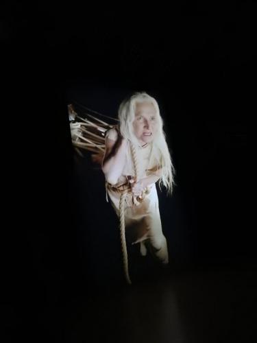 La bruja gigante arrastra el estrado del tribunal inquisidor