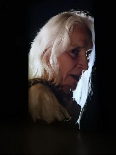 Primer plano de la actriz irlandesa Olwen Fouéré, interpretando a la bruja gigante de Temblad, temblad