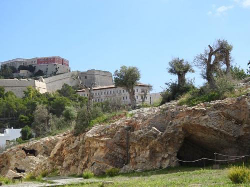 Vista de Dalt Vila desde la necrópolis del Puig des Molins