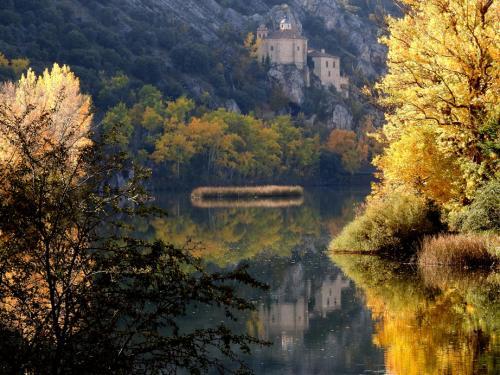 Vista de la Ermita de San Saturio de Soria junto al río Duero