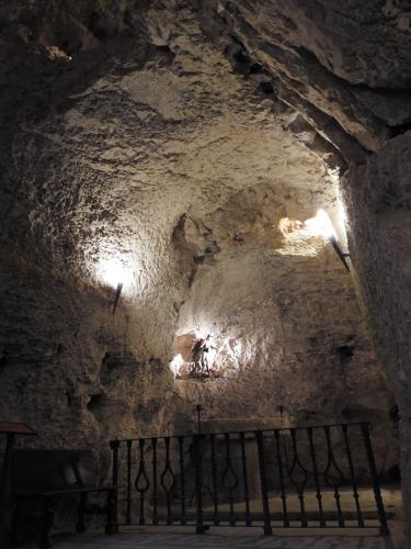 Vista de la capilla rupestre de San Miguel