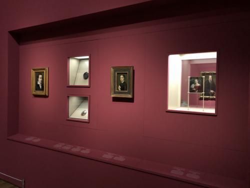 Vista de la sala II donde se muestran medallas y autorretratos en miniatura de Sofonisba Anguissola
