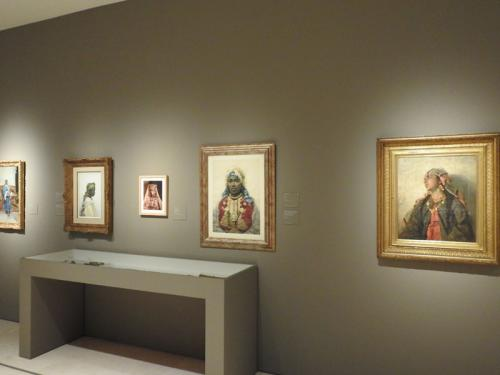 Vista de una de las salas de la exposición, con Muchacha mora (c. 1889) de Francesc Masriera en primer término