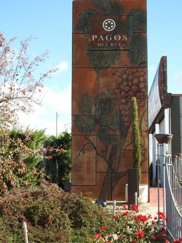 Vista del Museo del Vino Pagos del Rey desde el jardín