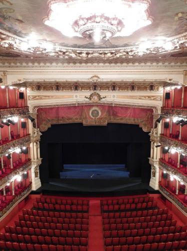 Vista del escenario, platea y palcos
