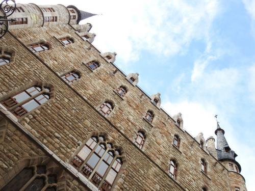 Vista exterior en contrapicado del Museo Gaudí Casa Botines de León