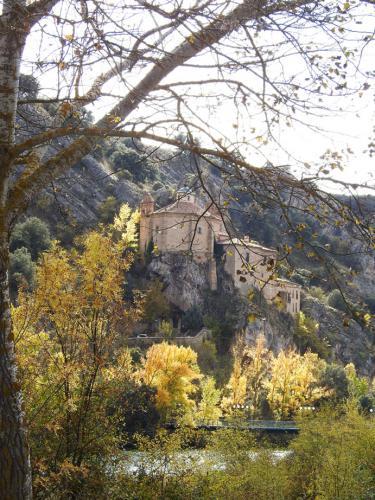Vistas de la Ermita de San Saturio de Soria colgada sobre el roquedal