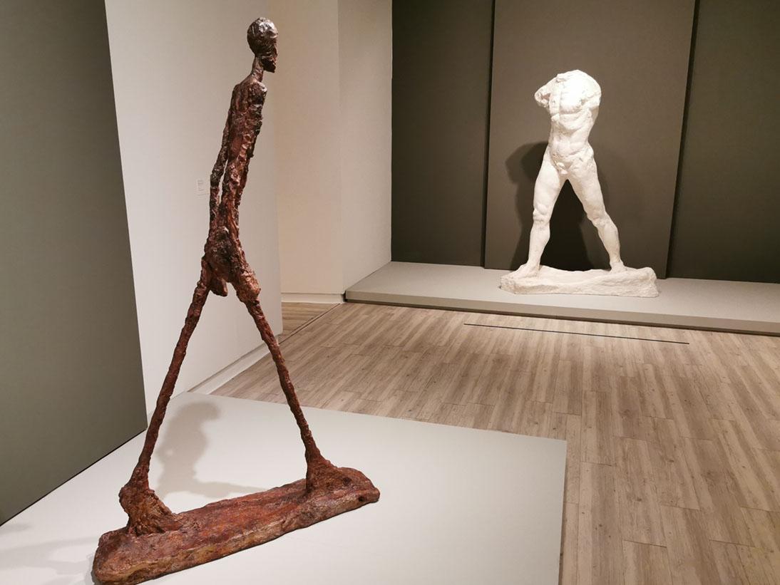 Vista de dos esculturas