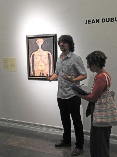 El comisario de la exposición, Baptiste Brun junto a Desnudus