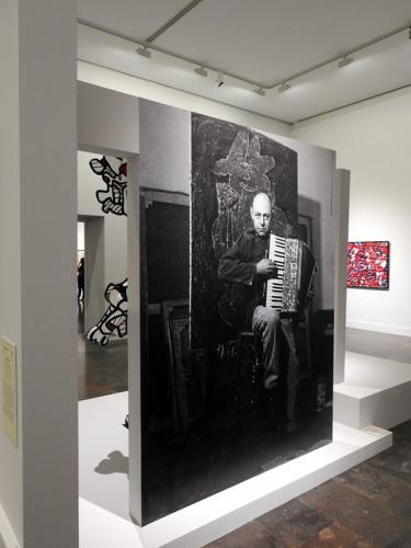 Vista de la exposición Jean Dubuffet. Un bárbaro en Europa